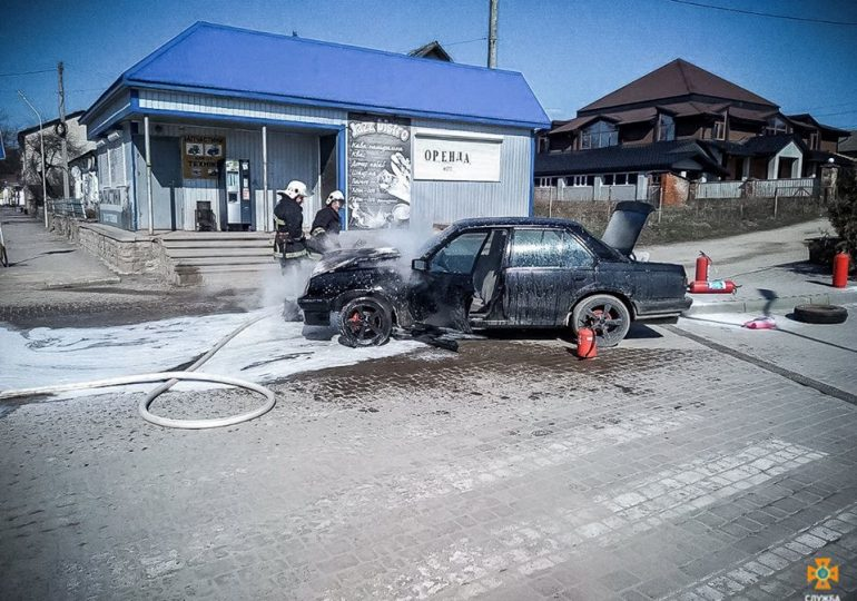Біля ОККО загорілась машина. ВІДЕО